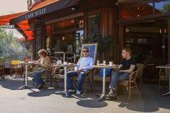Tiempo de desayuno en café en el aire Edificio viejo con el café auténtico en la planta Viaje alrededor del euro fotografía de archivo libre de regalías