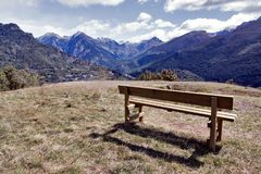 Tiempo de espera que ve las montañas Fotos de archivo libres de regalías