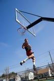 Tiempo de la caída del jugador de básquet foto de archivo