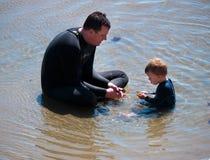 Tiempo de la calidad del gasto del padre y del hijo en la playa imagen de archivo libre de regalías