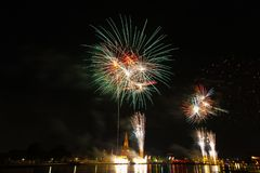 Tiempo de la celebración de los fuegos artificiales de la cuenta descendiente de Wat Arun Temple Happy New Year Fotos de archivo libres de regalías