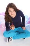 Tiempo de la celebración para la torta de chocolate de la muchacha del adolescente Fotografía de archivo libre de regalías
