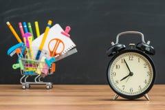 Tiempo de la educación para el estudiante de nuevo a escuela con el despertador Imagen de archivo