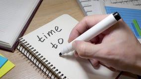 Tiempo de la escritura del hombre para comenzar en la nota Motivación para los cambios almacen de video