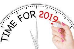 Tiempo de la escritura de la mano de la mujer para el mensaje 2019 con el marcador rojo en Tran Imagenes de archivo