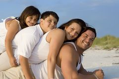 Tiempo de la familia en una playa Imagen de archivo