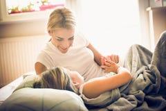 Tiempo de la hija de la madre lifestyle imagen de archivo libre de regalías
