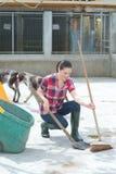 Tiempo de la limpieza para el ayudante de la perrera Imagen de archivo libre de regalías