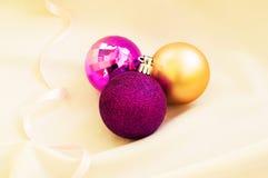 Tiempo de la Navidad Bolas púrpuras de la Navidad en una tela blanca Imagenes de archivo