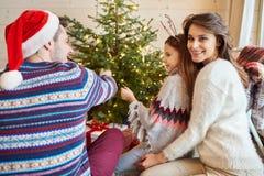 Tiempo de la Navidad con la familia Fotos de archivo