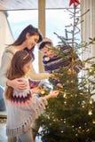 Tiempo de la Navidad con la familia Fotografía de archivo