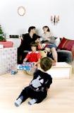Tiempo de la Navidad de la familia imagen de archivo libre de regalías