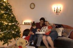 Tiempo de la Navidad de la familia imagenes de archivo