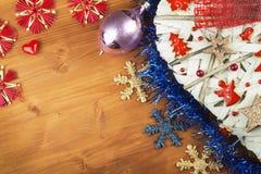 Tiempo de la Navidad Decoraciones para los presentes Ornamentos de la Navidad en un tablero de madera Ornamentos hechos en casa d Foto de archivo libre de regalías