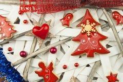 Tiempo de la Navidad Decoraciones para los presentes Ornamentos de la Navidad en un tablero de madera Ornamentos hechos en casa d Foto de archivo