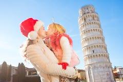 Tiempo de la Navidad del gasto de la madre y de la hija en Pisa, Italia Foto de archivo