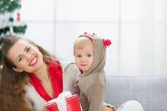 Tiempo de la Navidad del gasto de la madre y del bebé junto imagenes de archivo