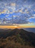 Tiempo de la puesta del sol de la montaña Imágenes de archivo libres de regalías