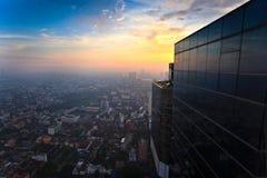 Tiempo de la puesta del sol del edificio de la visión superior Foto de archivo libre de regalías