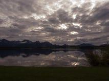 Tiempo de la puesta del sol en el lago Hopfensee fotos de archivo libres de regalías