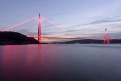 Tiempo de la puesta del sol en el nuevo puente del bosphorus de Estambul Yavuz Sultan Selim Foto de archivo