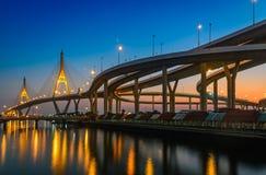 Tiempo de la puesta del sol en el puente del bhumibol fotos de archivo libres de regalías