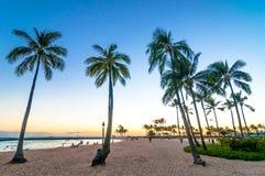 Tiempo de la puesta del sol en la playa de Waikiki, Honolulu, Hawaii Foto de archivo libre de regalías
