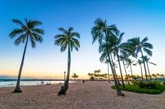 Tiempo de la puesta del sol en la playa de Waikiki, Honolulu, Hawaii Foto de archivo