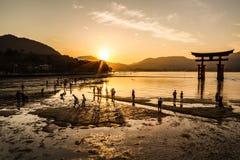 Tiempo de la puesta del sol de Miyajima fotos de archivo libres de regalías