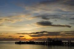 Tiempo de la puesta del sol por el embarcadero Imagen de archivo