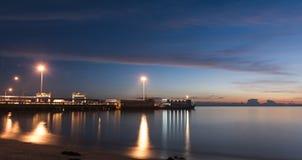 Tiempo de la puesta del sol por el embarcadero Imagen de archivo libre de regalías