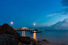 Tiempo de la puesta del sol por el embarcadero Imágenes de archivo libres de regalías