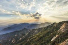 Tiempo de la puesta del sol que viene a Moro Rocks Vista, los E.E.U.U. Imagenes de archivo