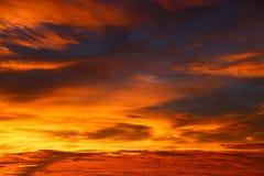 Tiempo de la puesta del sol y de la salida del sol, fondo de la naturaleza y área vacía para el texto, amor de sensación o fondo  Foto de archivo libre de regalías