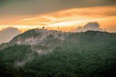 Tiempo de la salida del sol en el top de la montaña Fotos de archivo libres de regalías