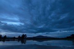 Tiempo de la tarde en el campo del arroz en Tailandia Fotografía de archivo libre de regalías