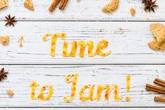 Tiempo de la tipografía de la comida para atascar con las galletas en el fondo rústico de madera blanco Imagen de archivo