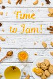 Tiempo de la tipografía de la comida para atascar con las galletas en el fondo rústico de madera blanco Foto de archivo libre de regalías