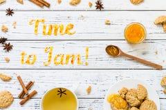 Tiempo de la tipografía de la comida para atascar con las galletas en el fondo rústico de madera blanco Imagen de archivo libre de regalías