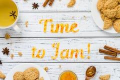 Tiempo de la tipografía de la comida para atascar con las galletas en el fondo rústico de madera blanco Fotos de archivo
