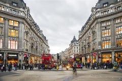 Tiempo de las compras en la calle de Oxford, Londres Imagen de archivo libre de regalías