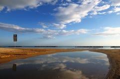 Tiempo de mañana en una playa Fotos de archivo libres de regalías