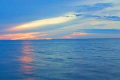 Tiempo de mañana hermoso de la salida del sol de la playa antes Cielo y agua coloridos en el lago reflejado foto de archivo