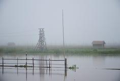 Tiempo de niebla de la mañana sobre el pueblo flotante Foto de archivo libre de regalías