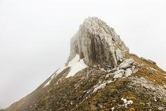 Tiempo de niebla en las montañas imágenes de archivo libres de regalías