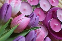 Tiempo de primavera, día de madres, flores y velas, rosa, púrpura, tiempo precioso, olor agradable, colores preciosos, colores ro imagenes de archivo