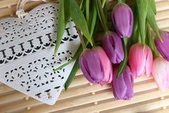 Tiempo de primavera, día de madres, flores y velas, rosa, púrpura, tiempo precioso, olor agradable, colores preciosos, colores ro imagen de archivo libre de regalías