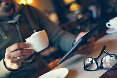 Tiempo de reclinación en café Imagenes de archivo