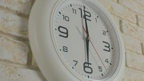 Tiempo de seis horas Timelapse Ejecución blanca redonda del reloj en la pared de ladrillo almacen de video