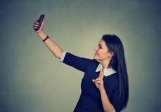 Tiempo de Selfie Mujer alegre que toma la imagen de sí misma con el teléfono elegante Fotografía de archivo libre de regalías